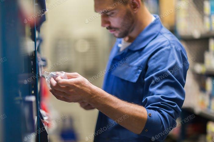 Automechaniker oder Schmied in Werkstatt oder Lager