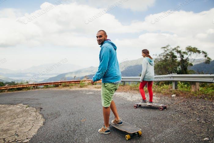 Longboard-Paar in Tropen