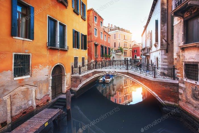 Gondeln auf dem Kanal in Venedig, Italien