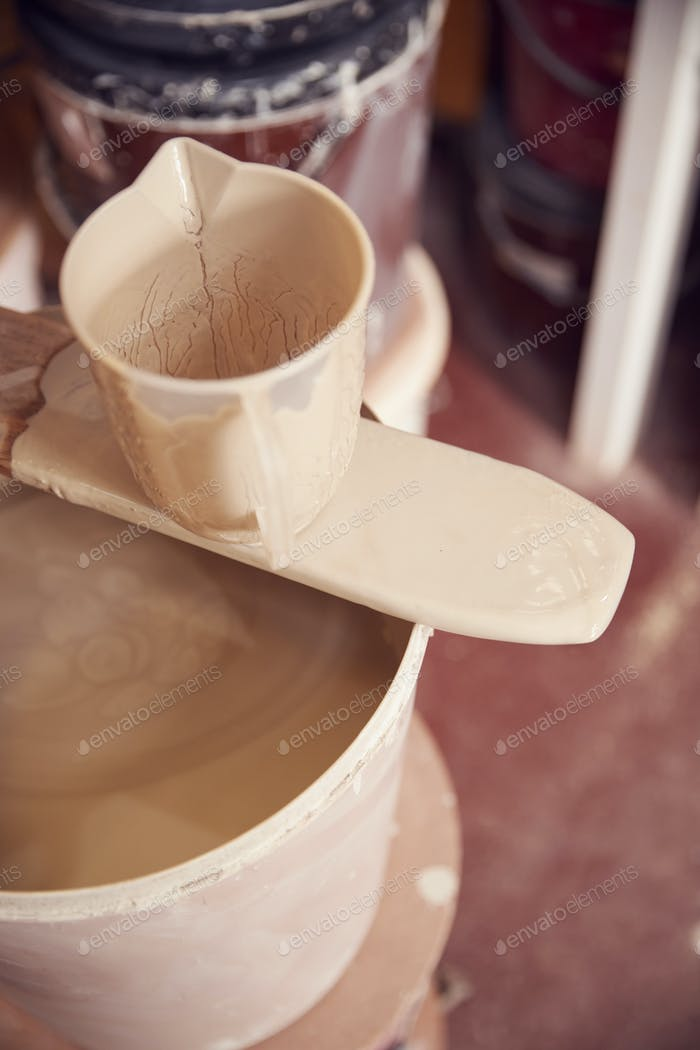 Nahaufnahme von Mischung für Verglasung Töpfe In Ceramics Studio