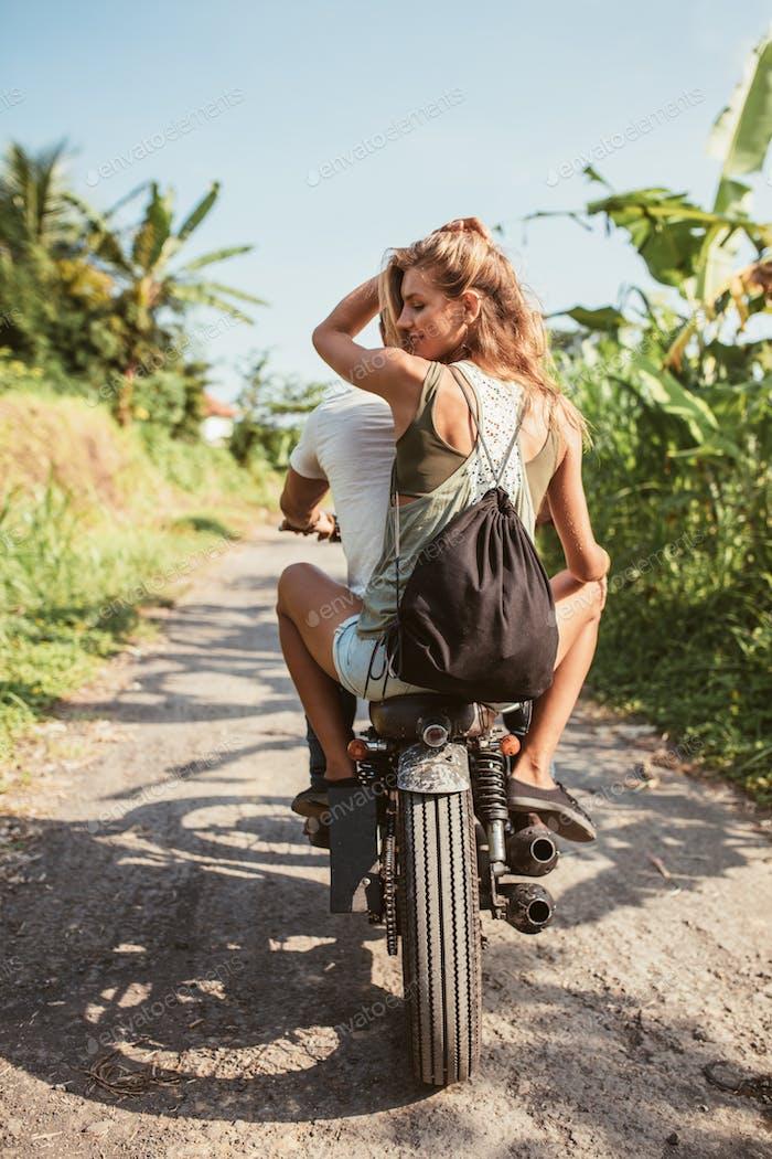 Joven pareja en Moto