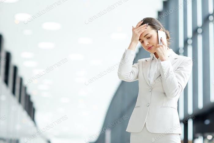 Unruhige Geschäftsfrau