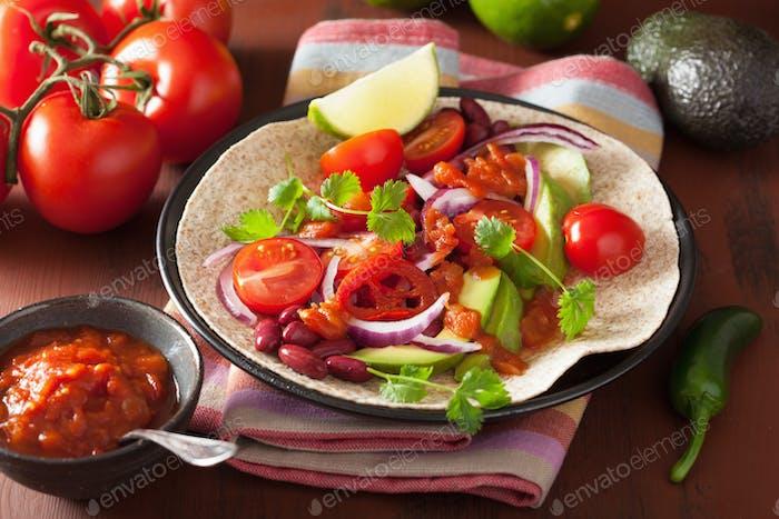 veganer Taco mit Avocado-Tomaten Kidneybohnen und Salsa