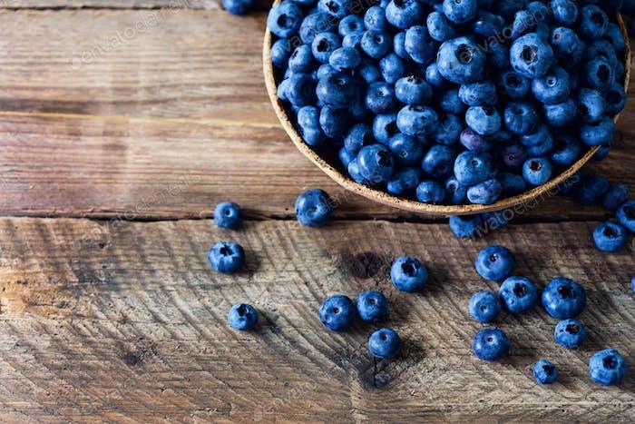 Heidelbeeren auf Holztisch. Blueberry Schale auf Vintage-Hintergrund mit Copyspace. Berries Rahmen