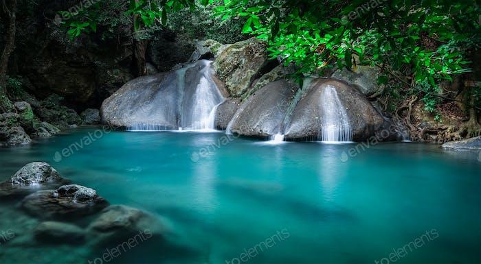 Jangle Landschaft mit Erawan Wasserfall. Kanchanaburi, Thailand