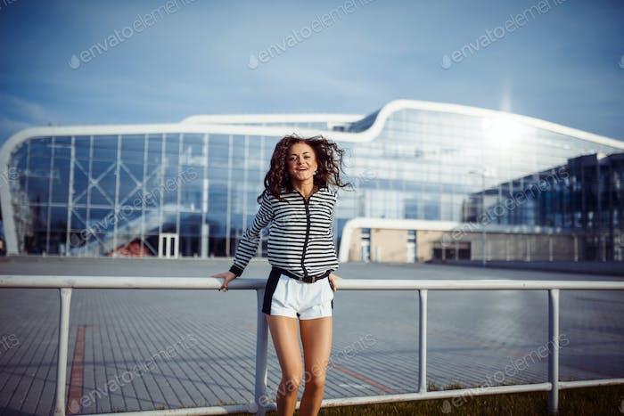 junge sorglose Frau springen