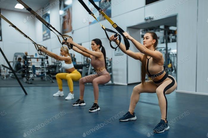 Gruppe von Frauen, die im Fitnessstudio trainieren, Rückansicht
