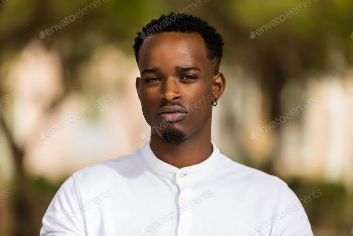 Outdoor-Porträt eines jungen schwarzen Afroamerikaner Männer