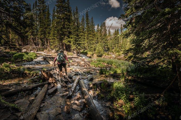 Wanderer überquert einen Bach in der Nähe von Mitchell Lake Colorado