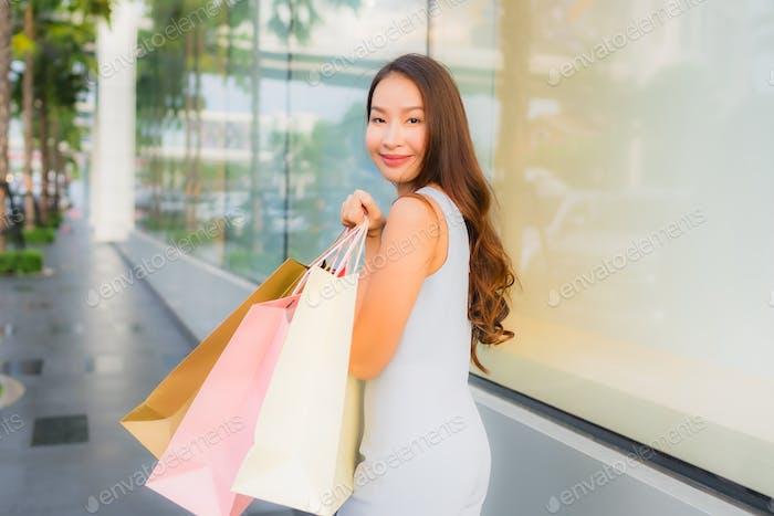 Porträt schöne junge asiatische Frau glücklich und Lächeln mit shoppi