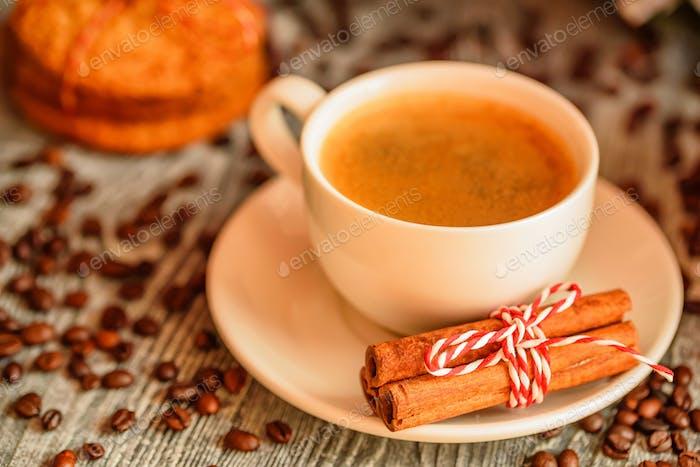 Gemütliche Winterkulisse mit Tasse Kaffee