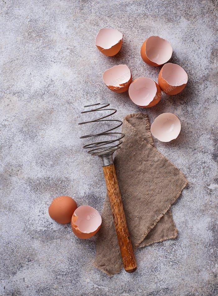 Eierschale und alter Vintage-Schneebesen