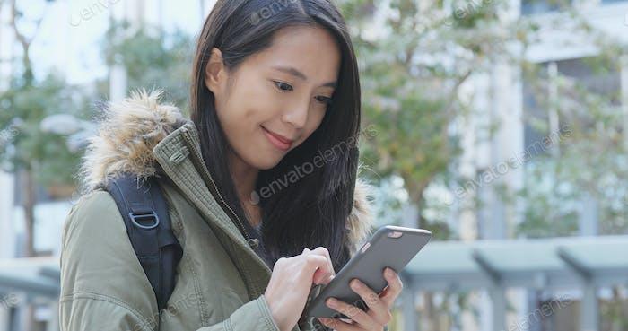 Frau senden SMS auf Handy bei outdoor