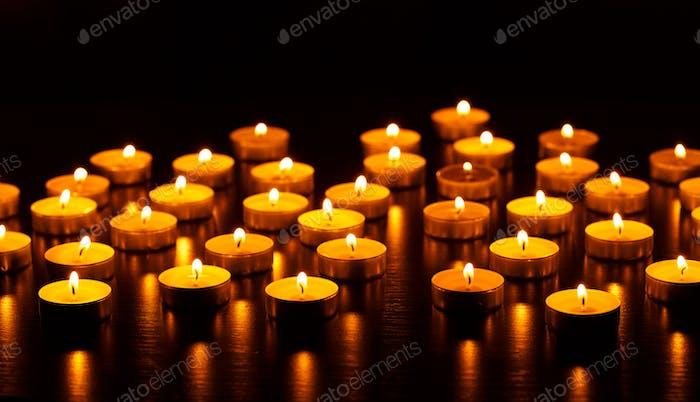 Viele brennende Kerzen mit geringer Schärfentiefe