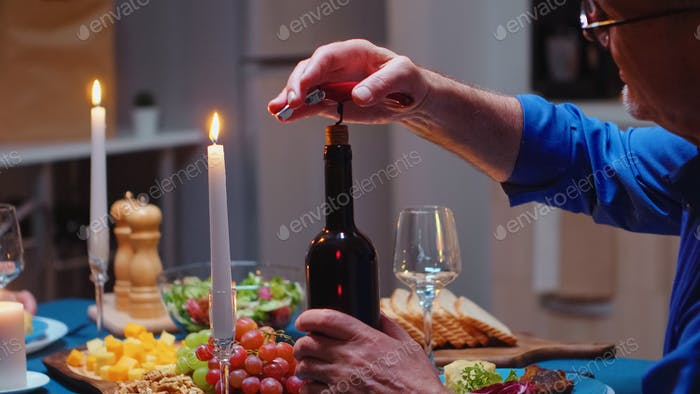 Öffnen einer Flasche Wein