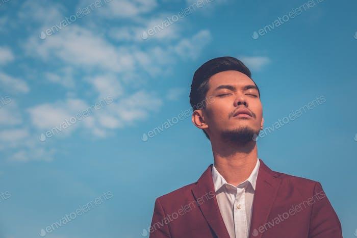 Красивый азиатский модель позирует на улицах города