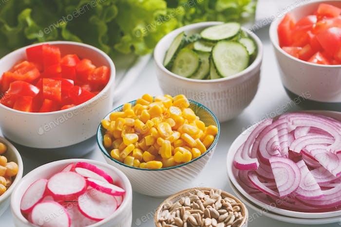 Sortimentszutaten für gesunden vegetarischen Salat