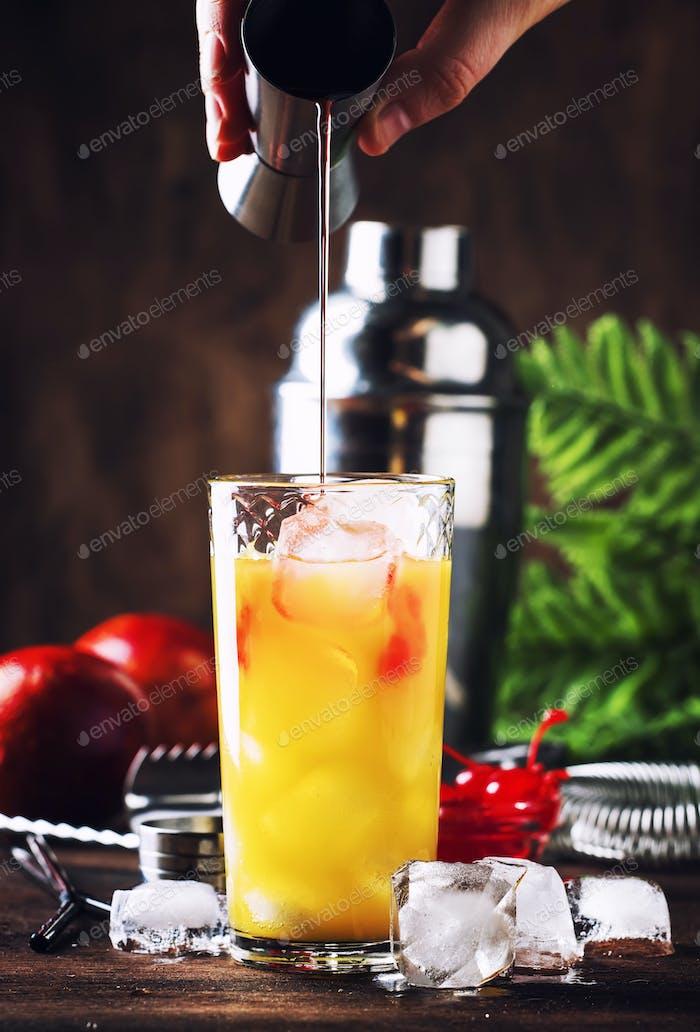 Sommer Tequila Sunrise Cocktail mit Silbertequila, Grenadin-Sirup, Orange und Eis