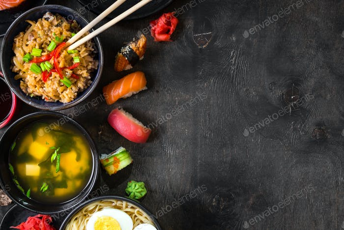 Sushi und japanisches Essen auf dunklem Hintergrund