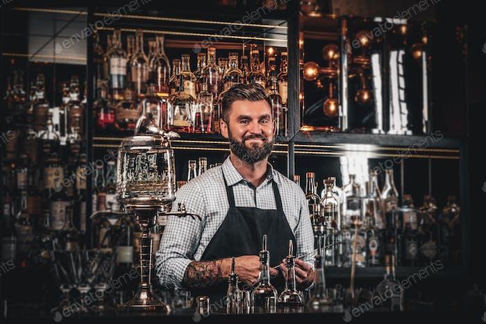 Schöner Barmann posiert für Fotografen