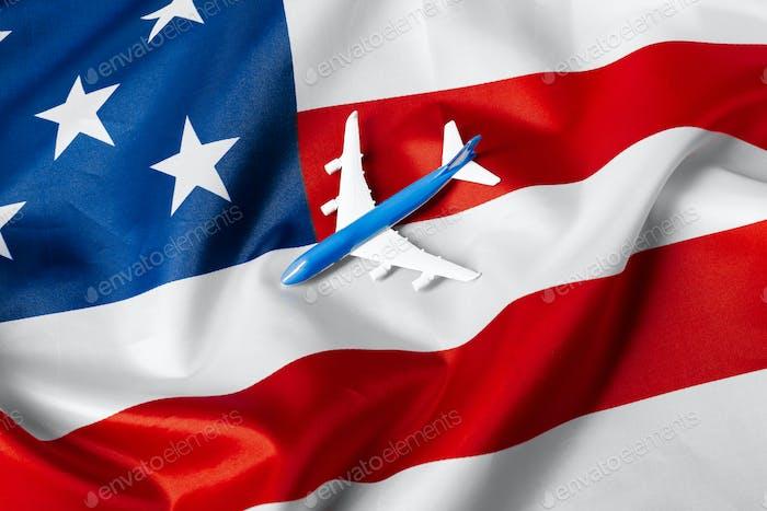 Spielzeug-Düsenflugzeug und Flagge der USA