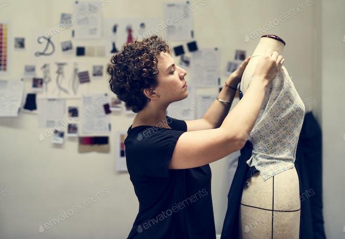 Frau überprüfen auf einem Kleid