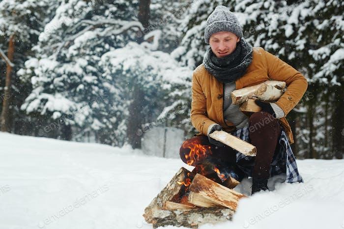 Holzstücke zum Lagerfeuer hinzufügen