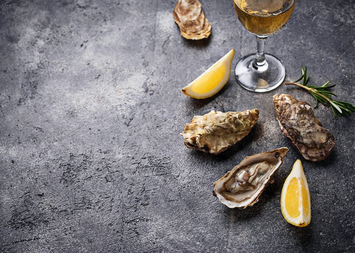 Fresh oysters with lemon and white wine