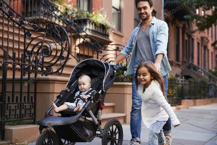 Familie einen Spaziergang entlang der Straße, Nahaufnahme