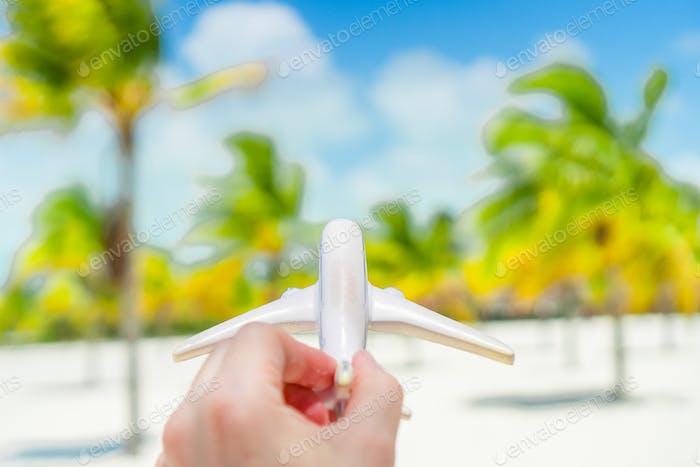 Kleines weißes Spielzeugflugzeug auf dem Hintergrund des türkisfarbenen Meeres