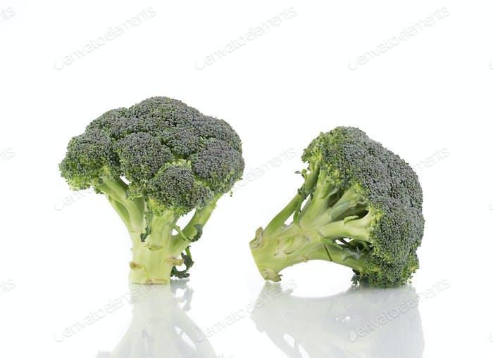 Zwei frische Brokkoli.