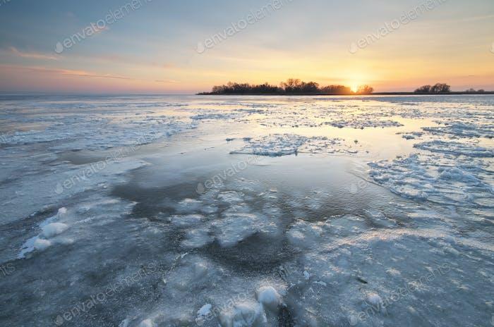 Eis auf Wasseroberfläche.