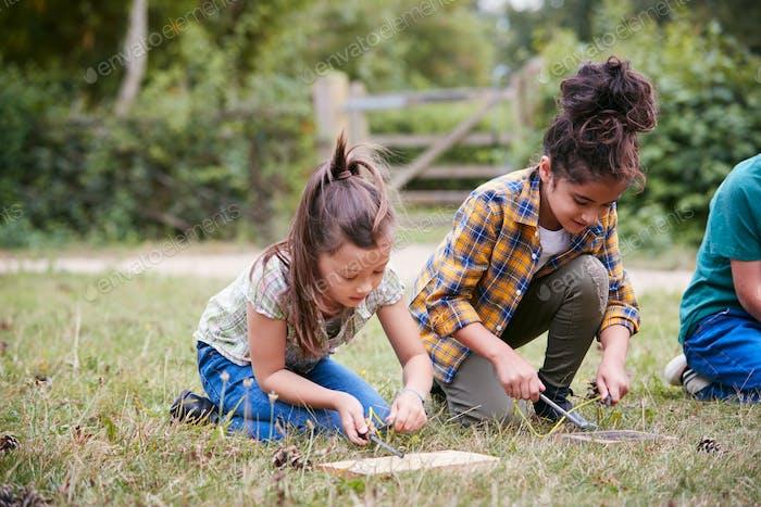 Zwei Mädchen auf Outdoor-Camping-Reise lernen wie man Feuer machen