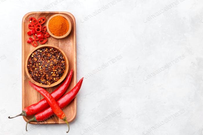Rote Chilischoten und Pulver