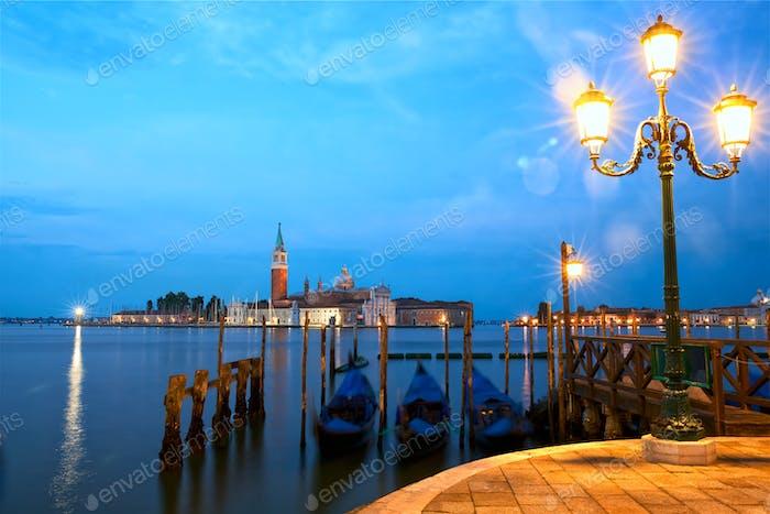Venedig mit Gondeln bei Sonnenaufgang