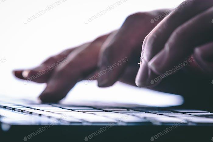 Hände, die auf der Computertastatur tippen. Moderner Stil