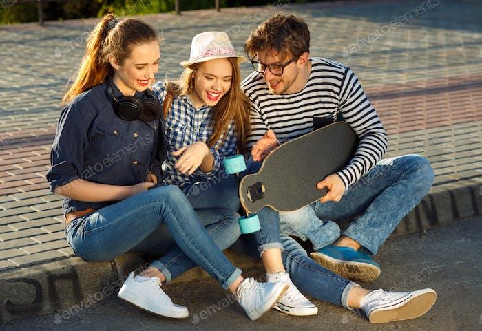 Lächeln Freunde mit Spaß im freien
