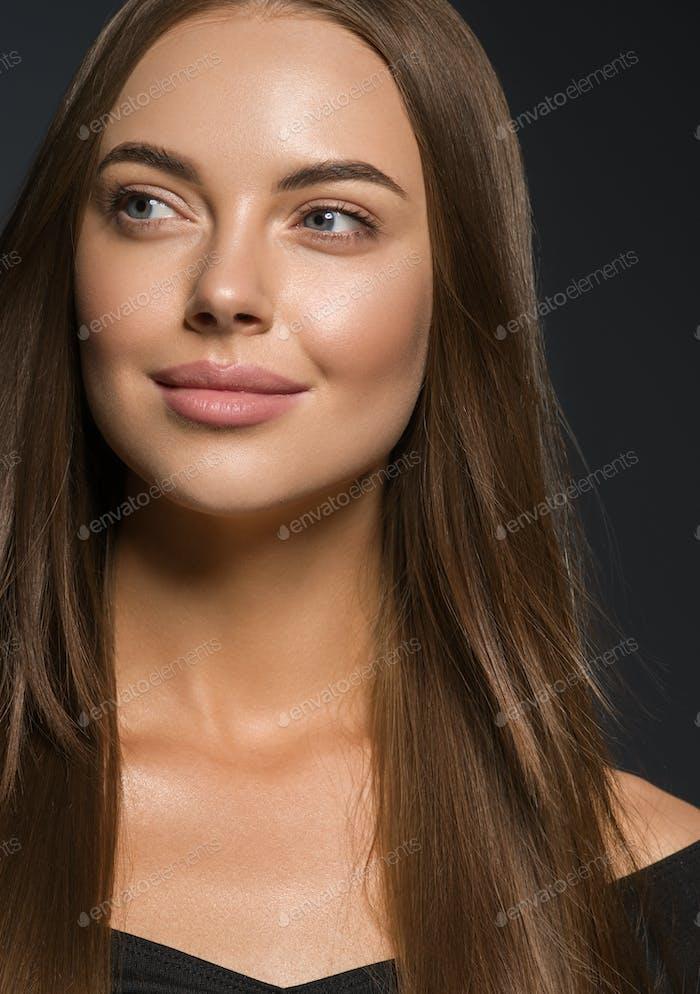 Glatte Schönheit Frau lange Haare brünette weibliche Modell natürliche Make-up schöne Mädchen dunklen Hintergrund