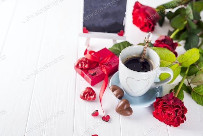 Rote Rose, Kaffeetasse und Geschenkbox