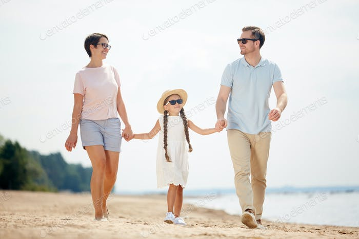 Happy Family Walking am Strand