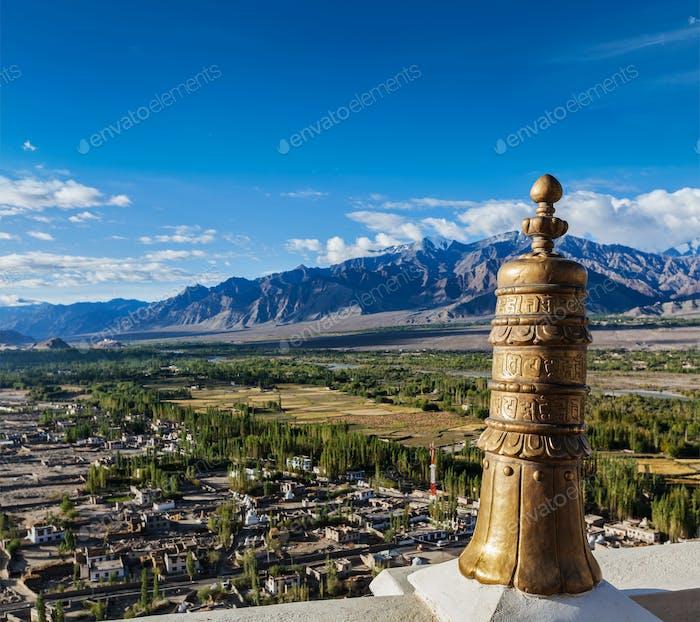 Dhvaja (SiegesBanner), auf dem Dach des Thiksey-Klosters. Ladak