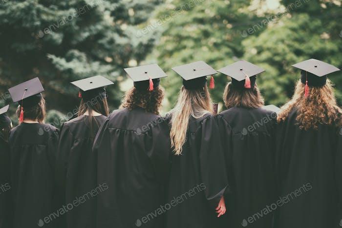 Gruppe von Absolventen Rückansicht