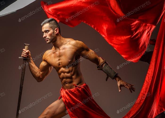 Мускулистый римский воин