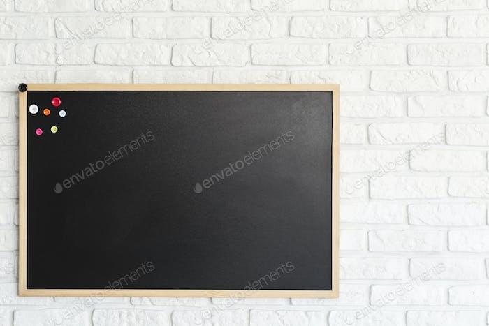 Tafel an Ziegelmauer