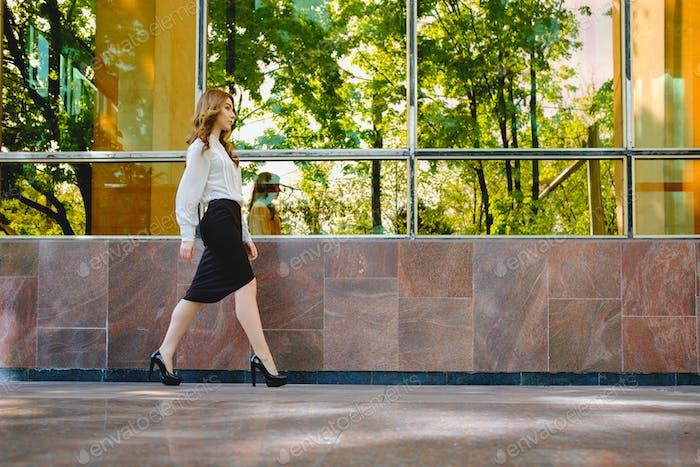 Elegante Dame zu Fuß allein in der Straße