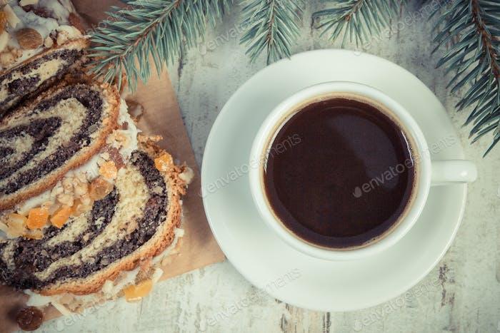 Vintage Foto, Mohnkuchen, Tasse Kaffee und Fichtenzweige, Dessert für Weihnachten
