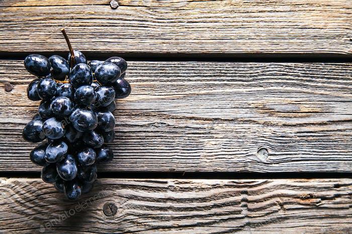 Виноград на старом деревянном столе. фрукты. Продукты питания