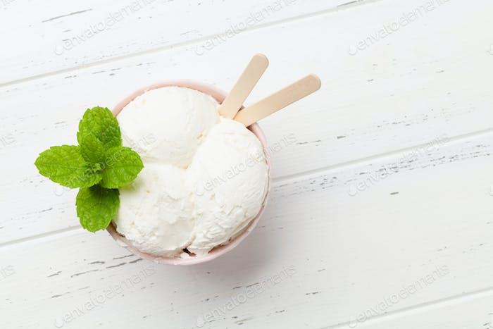 Vanilla ice cream sundae