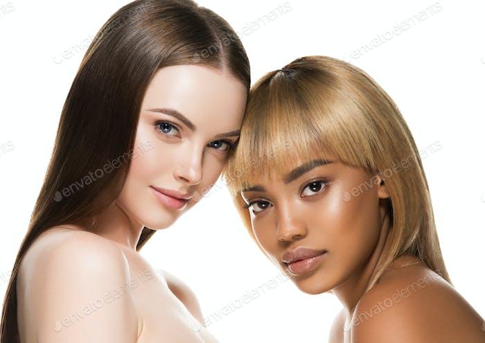 Afrikanische kaukasische Schönheit Frauen zwei Porträt. Ethnisches Konzept für saubere Haut