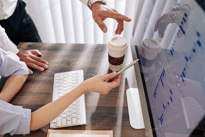 Geschäftsteam zur Analyse von Finanzdaten